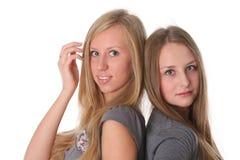 Twee het jonge vrouwelijke vrienden glimlachen stock foto