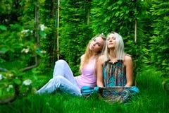 Twee het jonge vrouwen ontspannen Royalty-vrije Stock Foto
