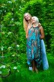 Twee het jonge vrouwen ontspannen Royalty-vrije Stock Foto's