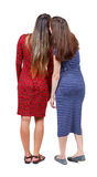 Twee het jonge vrouwenvriend roddelen Stock Afbeeldingen