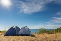 Twee het kamperen tenten met de mooie mening van het aardlandschap stock afbeeldingen