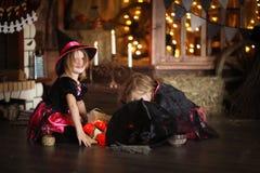 Twee het kleine Halloween-heksen tovert lezen boven pot childh stock afbeelding