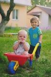 Twee het kleine jongenspeuter spelen met kleurrijke children& x27; s plastiek Stock Afbeeldingen