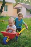 Twee het kleine jongenspeuter spelen met kleurrijke children& x27; s plastiek Royalty-vrije Stock Afbeelding