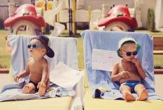 Twee het koele jongens zonnebaden stock afbeelding