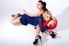 Twee het modieuze meisjes stellen Royalty-vrije Stock Foto's