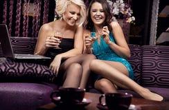 Twee het mooie meisjes glimlachen Stock Foto's