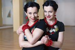 Twee het mooie meisjes koesteren Royalty-vrije Stock Afbeeldingen