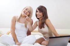 Twee het mooie vrouwelijke vrienden roddelen Stock Fotografie