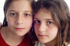 Twee het Mooie Zusters koesteren geïsoleerd op wit Royalty-vrije Stock Afbeeldingen