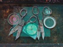 Twee het oude zwarte grote werk van de schaarhand aangaande een zwarte achtergrond, tussen schaar 24 uur op 24 uur met groene wij Stock Fotografie