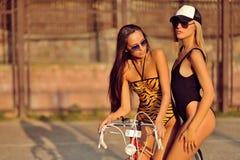 Twee het sexy modelmeisjes openlucht stellen stock afbeeldingen