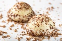 Twee het suikergoed van de vanilleparel en geraspte donkere chocolade Royalty-vrije Stock Fotografie