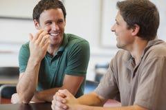 Twee het vriendschappelijke mannelijke rijpe studenten babbelen Royalty-vrije Stock Foto