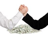 Twee het worstelen handen en geld Stock Fotografie