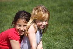 Twee het zoete meisjes omhelzen Stock Foto's