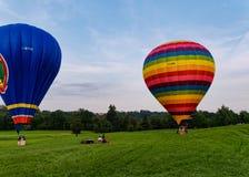 Twee hete luchtballons op de weide Royalty-vrije Stock Afbeelding