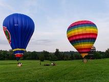 Twee hete luchtballons op de weide Royalty-vrije Stock Foto's