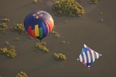 Twee hete luchtballons over water Stock Foto's