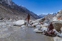 Twee Hindoese Heiligen in het Indische Himalayagebergte stock foto's