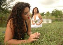Twee hippies in het gras Royalty-vrije Stock Afbeeldingen