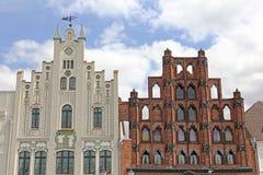 Twee historische geveltoppen op marktplaats in Wismar Stock Foto