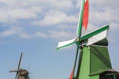 Twee historische molens in de dag onder de blauwe hemel in Zaanse Schans Royalty-vrije Stock Afbeeldingen