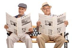 Twee hogere heren die kranten lezen royalty-vrije stock fotografie
