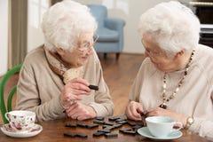 Twee Hogere Vrouwen die Domino's spelen Royalty-vrije Stock Afbeelding