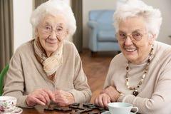 Twee Hogere Vrouwen die Domino's spelen Royalty-vrije Stock Foto