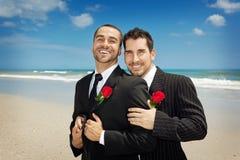 Twee homoseksuelen na huwelijksceremonie Stock Afbeeldingen