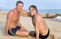 Twee homoseksuelen op strand. stock afbeeldingen