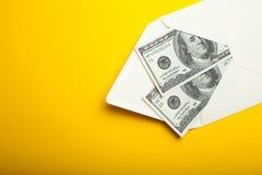 Twee honderd die dollarsrekeningen in een envelop op een gele achtergrond wordt geïsoleerd Lege ruimte voor tekst De idylle van d stock afbeeldingen