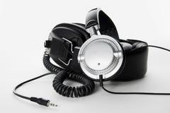 Twee hoofdtelefoons op witte achtergrond Royalty-vrije Stock Foto's