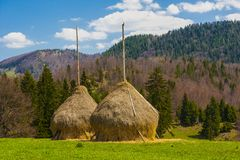 Twee Hooimijten van hooi in berg Stock Afbeeldingen