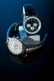 Twee horloges op zwarte Royalty-vrije Stock Foto's