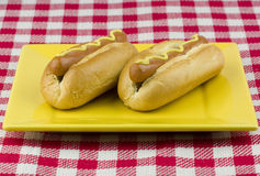 Twee hotdogs met mosterd Royalty-vrije Stock Afbeeldingen