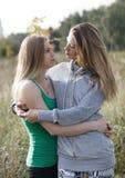 Twee houdende van zusters die elkaar troosten Stock Foto