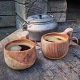 Twee houten die mokken met koffie worden gevuld Stock Foto's