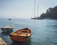 Twee houten die vissersboten in kleine jachthaven worden vastgelegd royalty-vrije stock afbeelding