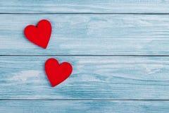 Twee houten harten royalty-vrije stock afbeeldingen