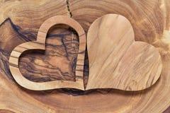 Twee houten harten op een houten achtergrond Stock Afbeelding
