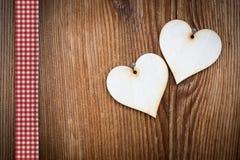 Twee houten harten op zon gebrand hout Stock Foto