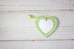 Twee houten harten - wit en groen over de houten achtergrond Stock Foto's