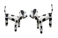 Twee houten honden die zich witte gemengde zwarte kleuren bevinden die op witte achtergrond worden ge?soleerd stock foto