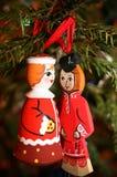 Twee houten Kerstmisspeelgoed die gezicht hangen elkaar op Christm Royalty-vrije Stock Foto's