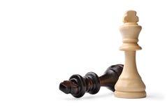 Twee houten koningsschaakstukken op wit stock afbeeldingen