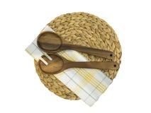 Twee houten lepels die op een servet liggen Stock Foto's