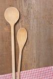 Twee houten lepels en een droogdoek Royalty-vrije Stock Foto's