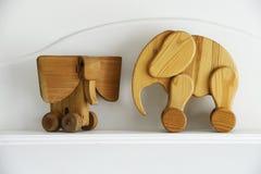 Twee houten olifantsbeeldhouwwerken Royalty-vrije Stock Afbeeldingen